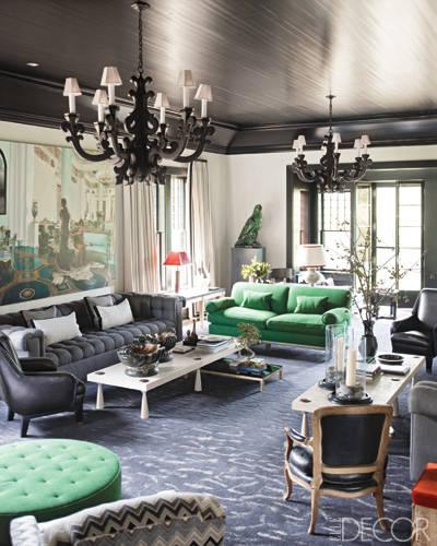 Loveseat y otomano tapizados en tela verde esmeralda de Pierre Frey en habitación diseñada por Stephen Gambrel.